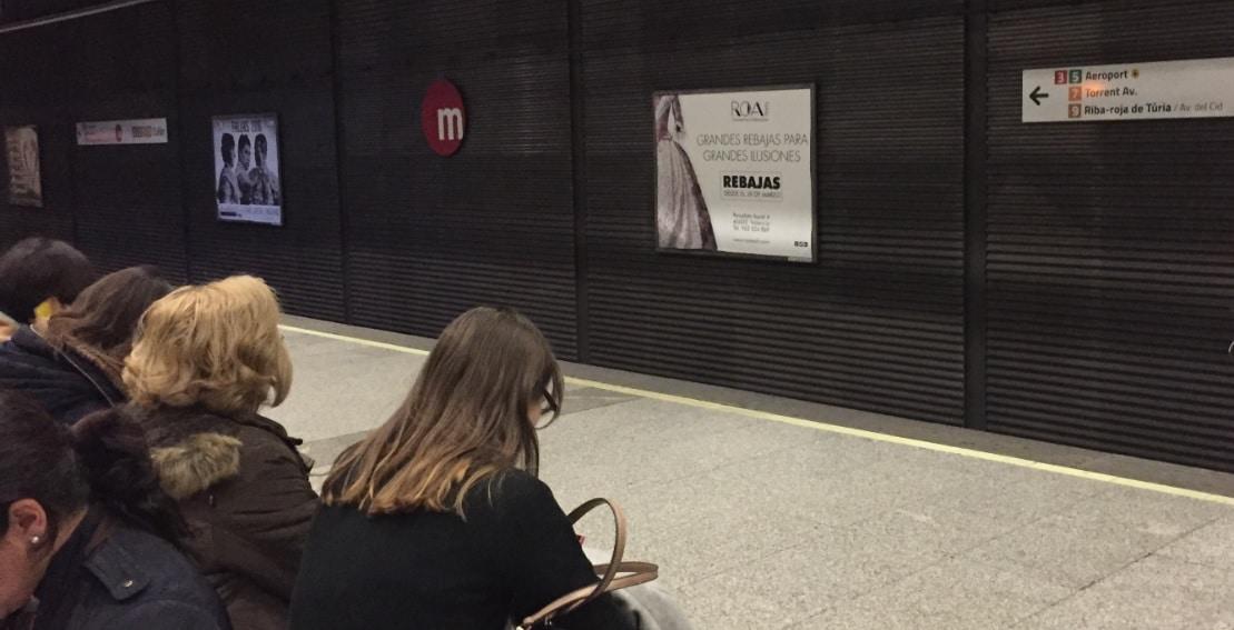 Publicidad valla metro Valencia – Roa Indumentaria rebajas